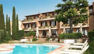 piscina e giardino: Hotel in stile  di Morelli & Ruggeri Architetti