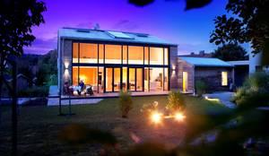Nachhaltig, effizient und barrierefrei:  Holzhaus mit Glasfassade für lichtdurchflutetes Wohnen :  Einfamilienhaus von Kneer GmbH, Fenster und Türen