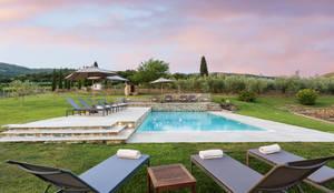 Realizzazione di piscina privata: Piscina a sfioro in stile  di MAURRI + PALAI architetti