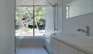 鎌倉 長谷の家: 松岡淳建築設計事務所が手掛けた浴室です。