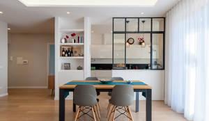 CASA P: Soggiorno in stile in stile Moderno di MAT architettura e design