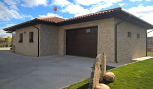 Casas unifamiliares de estilo  por ARQUE PIEDRA RECONSTITUIDA SL