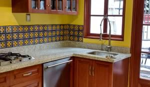 وحدات مطبخ تنفيذ homify , إستعماري خشب نقي  Multicolored