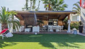 Jardín con pérgola: Terrazas de estilo  de Coccolarvi