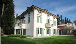 la facciata posteriore: Villa in stile  di Morelli & Ruggeri Architetti