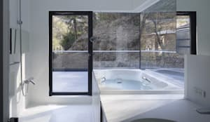 YY 自然と囲まれた内部が緩やかに繋がる家: 山縣洋建築設計事務所が手掛けた浴室です。