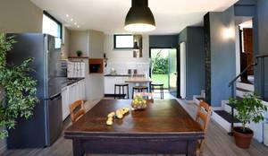 Il garage diventa un' ampia cucina.: Cucina in stile  di Rifò,