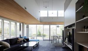 ミドセンチュリーテイスト成城の住まい: Jun Watanabe & Associatesが手掛けたリビングです。