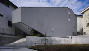 UN 三角形の変形敷地に建つ家: 山縣洋建築設計事務所が手掛けた家です。