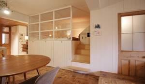 Apartment in tamagawa: MimasisDesign [ミメイシスデザイン]が手掛けた寝室です。