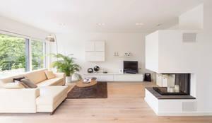BAUHAUS-UNIKAT - Der Kaminofen im Wohnzimmer sorgt für eine gemütliche Atmosphäre : moderne Wohnzimmer von FingerHaus GmbH