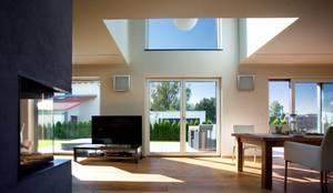 Massivholzhaus in Oberbayern  - Bauökologie und modernes Design vereint:  Fenster von Kneer GmbH, Fenster und Türen