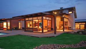 Cozy lounge:  Houses by Hugo Hamity Architects ,