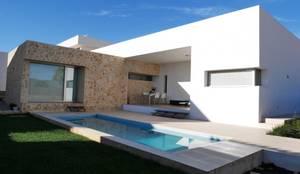 Fachada recayente al jardin de la casa y piscina: Casas unifamilares de estilo  de linkehome arquitectura