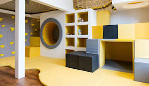 Underneath the soft cubes is a den with a mirrored wall :  Nursery/kid's room by Tigerplay at Home