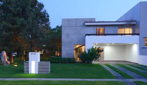Fachada: Casas unifamiliares de estilo  por Stuen Arquitectos