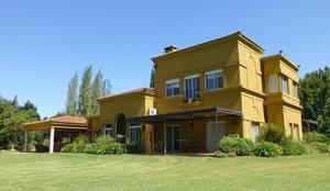 Fachada: Casas unifamiliares de estilo  por Estudio Dillon Terzaghi Arquitectura - Pilar
