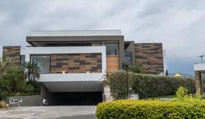 casa pance : Casas unifamiliares de estilo  por astratto