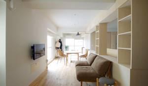 Shelf House: ピークスタジオ一級建築士事務所が手掛けたダイニングです。