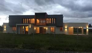 Imagen Frontal: Casas de estilo mediterraneo por Constructora Rukalihuen