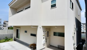 シンプルナチュラル!ボコッと飛び出たバルコニーが特徴的な外観: タイコーアーキテクトが手掛けた一戸建て住宅です。