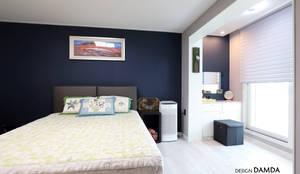 판교산운마을9단지 _진한 블루컬러 포인트 벽지 : 디자인담다의  침실