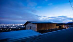 外観(夕景): ARCHIXXX眞野サトル建築デザイン室が手掛けた別荘です。