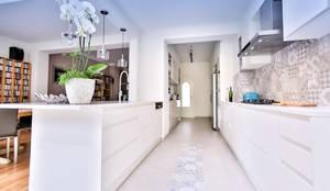 Renovación de una cocina moderna por Isabel Comez: Cocinas integrales de estilo  de Isabel Gomez Interiors