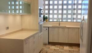 Vista desde acceso a cocina: Cocinas equipadas de estilo  por balConcept