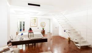 Soggiorno, scale e camino bietanolo.: Soggiorno in stile in stile Moderno di Rifò