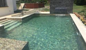 PISCINA HACIENDA REMOLINO - SOPETRAN ANTIOQUIA: Piscinas de jardín de estilo  por Premier Pools S.A.S.