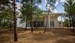 Casa modular en el barrio de Costa Esmeralda: Casas unifamiliares de estilo  por JOM HOUSES,