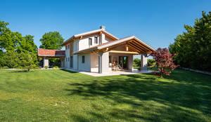 Una struttura imponente ed altamente prestazionale: Casa di campagna in stile  di Woodbau Srl