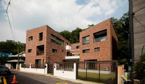 세지붕 한가족: HBA-rchitects의  주택