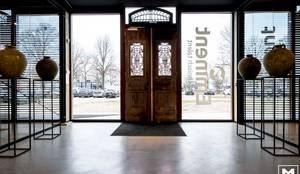 Eminent:  Gang en hal door Molitli Interieurmakers