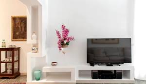 Frontale mobile TV: Soggiorno in stile in stile Minimalista di LB Design e Allestimenti