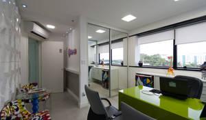 Recepção - Escritório de publicidade: Escritórios  por Bernal Projetos - Arquitetos em Salvador