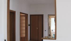 Ingresso dal soggiorno - ante operam: Ingresso & Corridoio in stile  di Daniele Arcomano