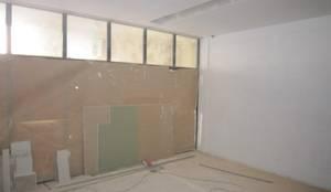 Remodelação de escritório em Vila Nova de Gaia - Divisórias em Pladur: Escritórios  por PROJETARQ