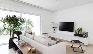 Salas de entretenimiento de estilo moderno por Carlos De La Rosa