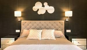 Dormitorio principal decorado con papel Kandy en color negro y mesitas de espejo. El cabecero es de lino en modelo capitoné.: Dormitorios de estilo ecléctico de Keinzo Interiores