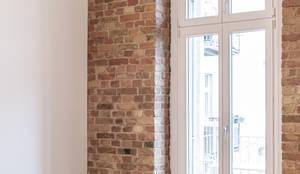 Altbauwohnung / Komplette Renovierung und Innenausbau in Berlin Charlottenburg: klassische Wohnzimmer von Holzeco GmbH