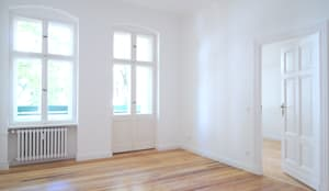 Komplettsanierung in 3-Zimmer-Altbauwohnung in Berlin: klassische Wohnzimmer von Holzeco GmbH