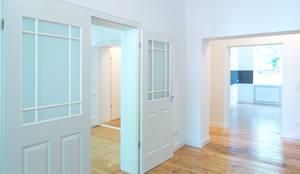 Komplettsanierung einer Altbauwohnung in Berlin Steglitz: klassische Wohnzimmer von Holzeco GmbH