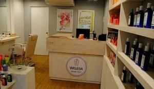 Tienda Weleda: Oficinas y Tiendas de estilo  por Rodrigo León Palma