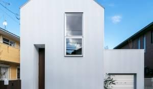 シンプルなファサード。: 星設計室が手掛けた木造住宅です。