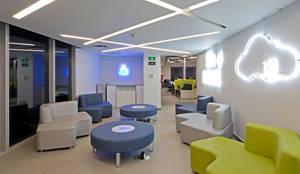 Softek Monterrey: Estudios y oficinas de estilo moderno por IN - OUT ARQUITECTURA