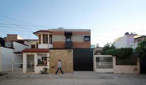 Casa CH: Casas de estilo industrial por Apaloosa Estudio de Arquitectura y Diseño