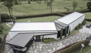 CASA PRADERA VISTA POSTERIOR: Casas campestres de estilo  por Andres Hincapie Arquitectos