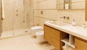 bagno moderno in marmo: Bagno in stile in stile Moderno di CusenzaMarmi